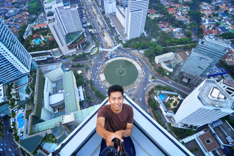 Dan foto diatas ini adalah pemenangnya, selfie dari lantai 54 Hotel Indonesia di Jakarta. Selamat! Foto: Bayu Rifai